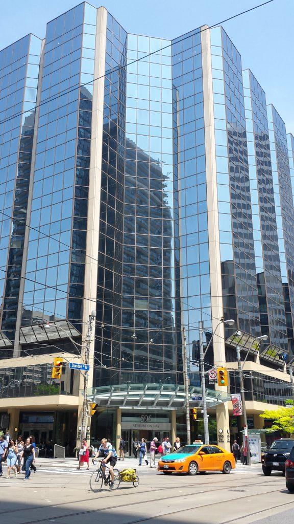 Mall-ul The Atrium din centru, intersectia Bay & Dundas, de pe 595 Bay Street -- intrarea principala in mall