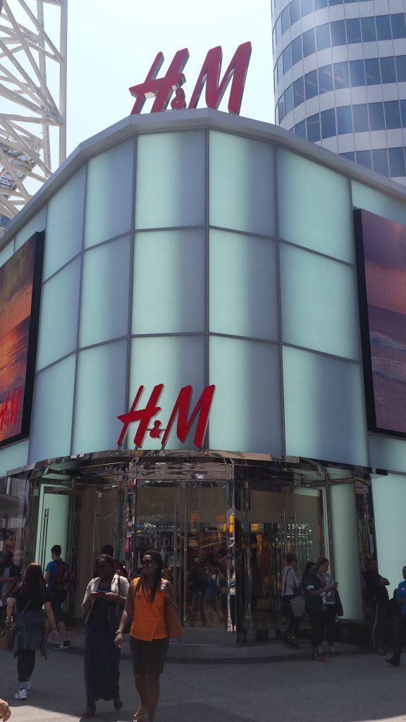 Magazinul H&M de la mall-ul Toronto Eatin Centre. E atat de mare incat are intrare separata.
